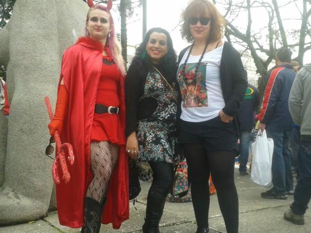 A professora Kelly Machado (primeira à esquerda) pede maior respeito às mulheres (Foto: Adriana Justi/G1)