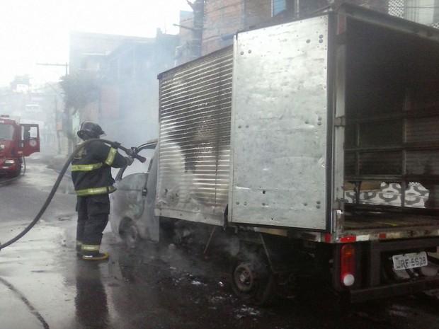 Fogo tomou conta de veículo, na Avenida San Martin, em Salvador (Foto: Divulgação/ Bombeiros)