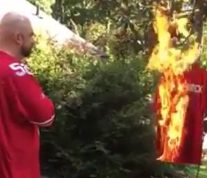 Torcedor escuta o hino nacional americano enquanto queima camisa (Foto: Reprodução/Instagram)