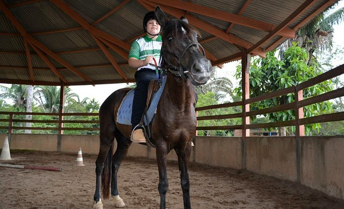 Luís pratica equitação e muay thai para melhorar a interação social (Foto: Jheniffer Núbia)