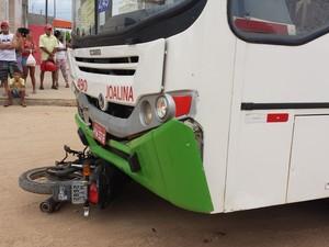 Acidente envolvendo ônibus e uma moto deixa uma pessoa morta em Petrolina (Foto: Giomara Damasceno/ TV Grande Rio)