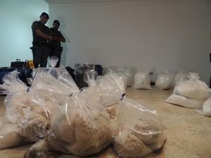 Segundo a polícia, droga era refinada do lado externo. (Foto: Jenifer Carpani/G1)