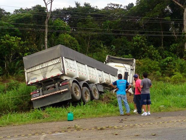 Caminhão envolvido no acidente foi parar em um barranco (Foto: Orion Pires/G1)