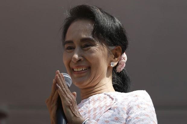 A líder opositora birmanesa Aung San Suu Kyi fala a seus eleitores em Yangon, Mianmar, nesta segunda-feira (9) (Foto: Jorge Silva/Reuters)