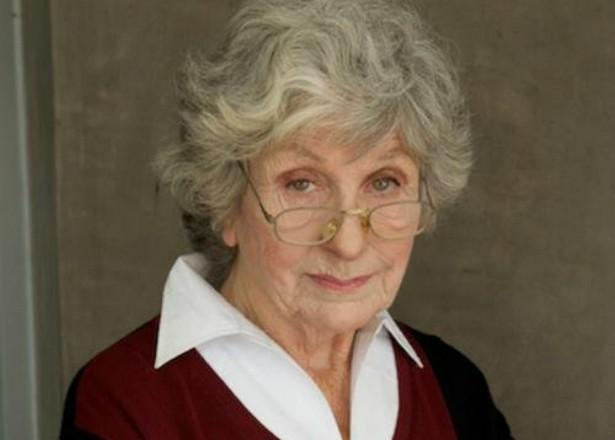 Você provavelmente não reconhece Fay DeWitt só de olhar para ela. A atriz, hoje com 80 anos, participou de seriados como 'Zack & Cody: Gêmeos em Ação' (2005–2008), 'Monk' (2002–2009), 'Dr. House' (2004–2012), 'The Office' (2005–2013)... E matou o marido, o esfaqueando com um abridor de cartas. Brrr... (Foto: Divulgação)