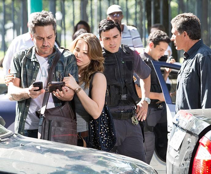 Polícia chega ao local e Romero recebe notícia nada agradável (Foto: Felipe Monteiro/Gshow)