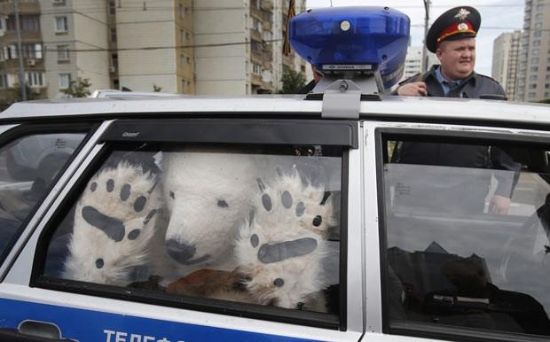 'Urso-polar' do Greenpeace é levado em carro da polícia russa (Foto: Misha Japaridze/AP)