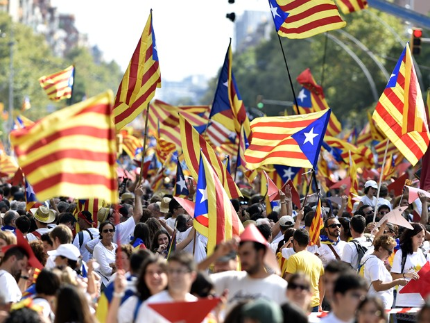 Manifestantes agitam 'esteladas', as bandeiras pró-independência Catalã, durante passeata em Barcelona, na sexta (11) (Foto: AFP Photo/Gerard Julien)