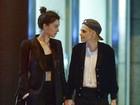 Kristen Stewart beija muito em noite romântica com St. Vincent