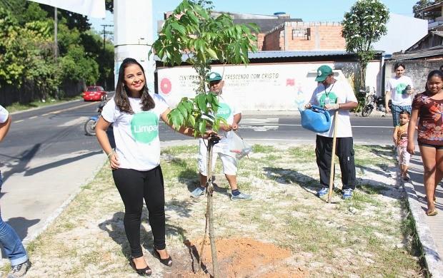 Ruthiene Bindá planta muda durante o 'Consciência Limpa' (Foto: Katiúscia Monteiro/ Rede Amazônica)