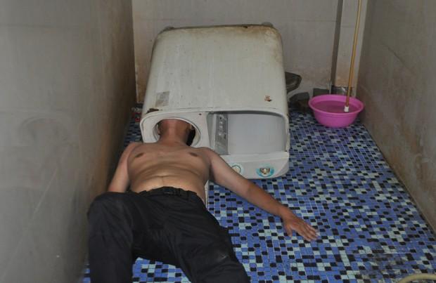Chinês precisou ser resgatado após entalar a cabeça em máquina de lavar roupa (Foto: Reuters)