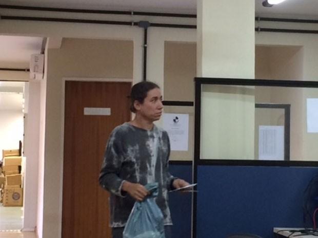 Cristina Batista Malhães presta depoimento da Divisão de Homicídios da Baixada Fluminense (Foto: Káthia Mello / G1)