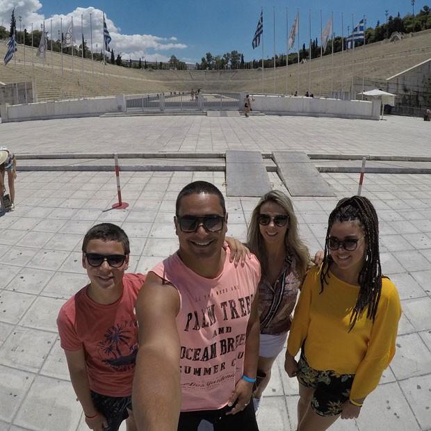 Xandy, Carla e os filhos já passaram por outras cidades gregas além de Atenas (Foto: Reprodução Instagram)