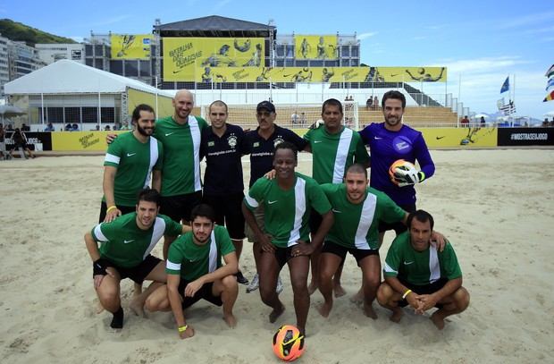 Famosos reunidos para uma partida de futebol de areia (Foto: Divulgação)