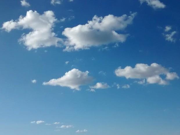 Poucas nuvens no céu de Campo Grande nesta segunda-feira de temperaturas amenas (Foto: Juliene Katayama/G1 MS)