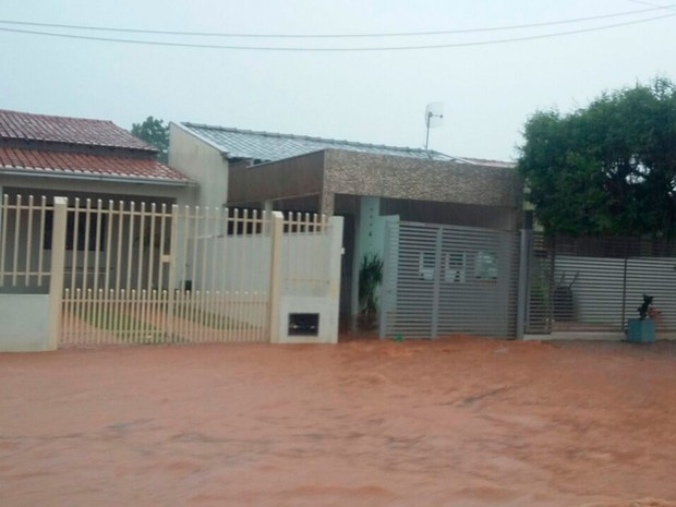 Chuva alagou ruas e inundou casas em Luís Eduardo Magalhães (Foto: Edivaldo Braga/Blog Braga)