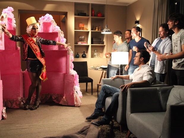 Ao inv[es de uma stripper, sai um travesti de dentro do bolo (Foto: Carol Caminha/TV Globo)