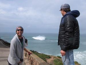 Carlos Burle e Pedro Scooby voltam à Praia do Norte, em Nazaré (Foto: Carol Fontes)
