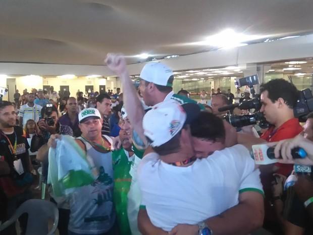 Integrantes da Mancha Verde comemoram título do Acesso em SP (Foto: Carolina Dantas/G1)