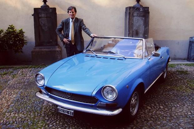 Tom Tjaarda ao lado do Fiat 124 Spider (Foto: Divulgação)