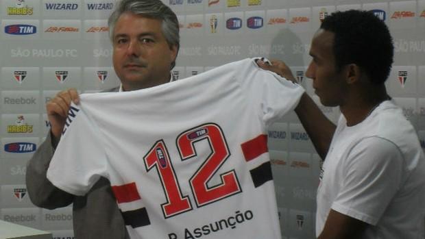 Paulo Assunção ao lado do diretor Adalberto Baptista em sua apresentação no São Paulo (Foto: Gustavo Serbonchini / GLOBOESPORTE.COM)