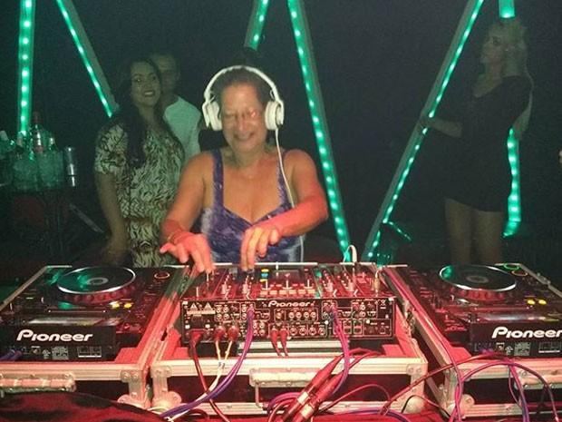 Ex-BBB Geralda brinca de DJ em festa (Foto: Instagram/ Reprodução)