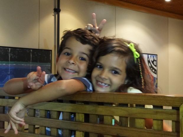 Os dois fazem graça na hora da foto (Foto: Salve Jorge/ TV Globo)