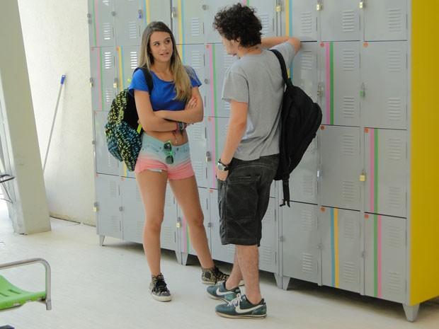 Dinho conta que ficou com Valentina e Fatinha promete ajudar o garoto (Foto: Malhação / Tv Globo)