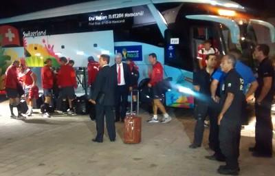 Delegação da Suíça chega a Manaus para enfrentar Honduras (Foto: Tadeu Matsunaga)