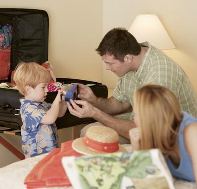 Família arrumando mala de viagem (Foto: Shutterstock)