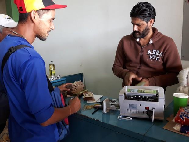 Venezuelanos compram alimentos no mercado do comerciante árabe Ali Mohamed, em Pacaraima (Foto: Emily Costa/ G1 RR)