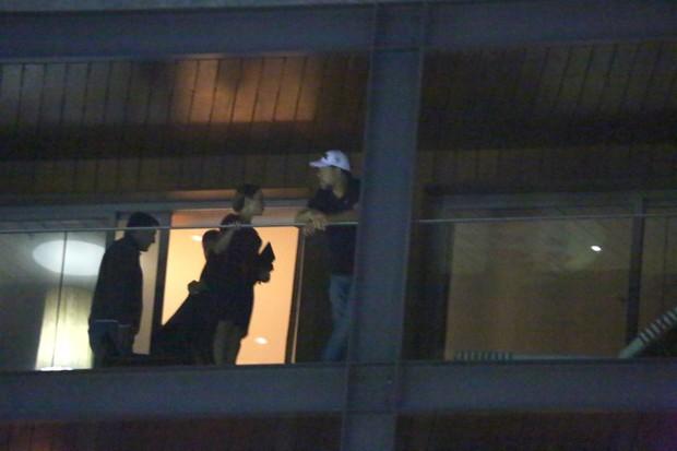 Russell Crowe na sacada de hotel no RJ (Foto: Marcello Sá Barretto / Agnews)