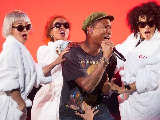 Pharrell Williams subiu ao placo principal acompanhado de diversas dançarinas (Foto: Caio Kenji/G1)