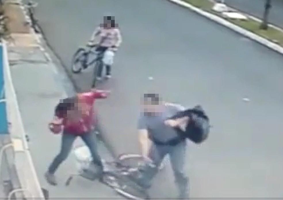 Policial militar agride mulher em avenida de Neves Paulista (Foto: Reprodução/TV TEM)