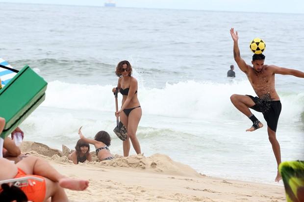 Camila Pitanga com Ingrid Guimarães e as filhas no Rio (Foto: André Freitas/AgNews)