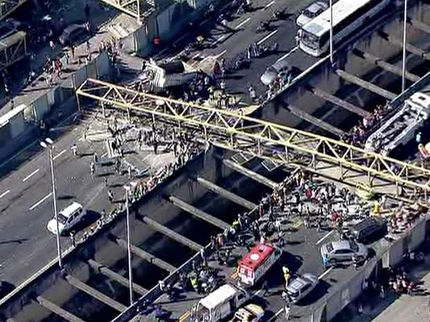 Queda da passarela bloqueou os dois sentidos da Linha Amarela (Foto: Reprodução/GloboNews)