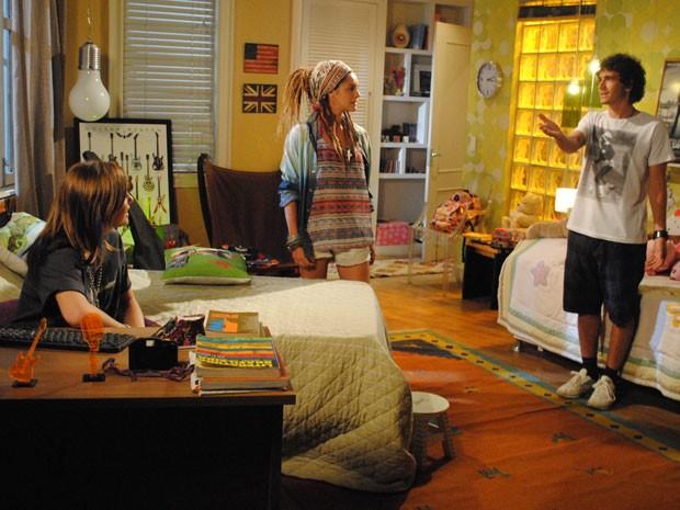 Dinho vê Valentina com Lia no quarto e fica boladaço com amizade das duas (Foto: Malhação / Tv Globo)