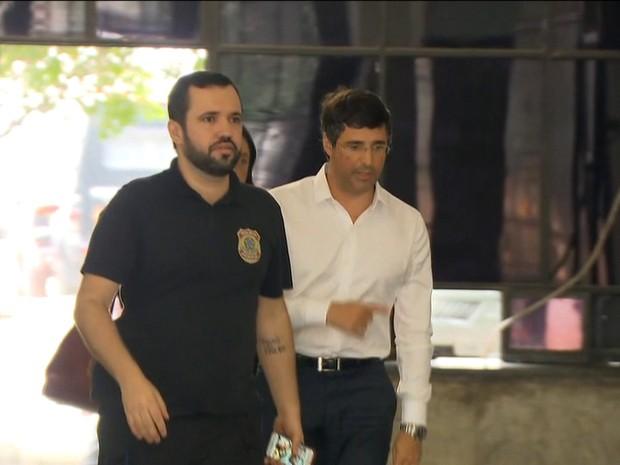 André Esteves chega à Superintendência da PF no Rio (Foto: Reprodução/Globonews)