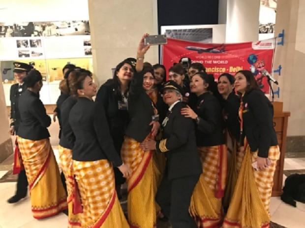 Tripulação feminina da Air India - companhia realizou primeiro voo só com mulheres no comando (Foto: Reprodução/ Twitter)