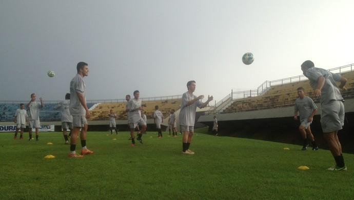 Jogadores do Tocantinópolis fazem trabalhos físicos no estádio Nilton Santos em Palmas (Foto: Camila Rodrigues/GloboEsporte.com)