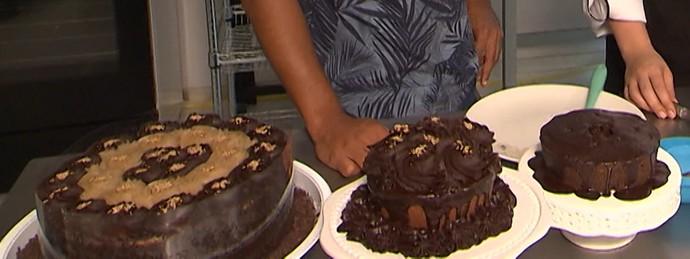Aprenda a fazer um bolo de cacau sem glúten, leite de vaca, ovo e soja (Foto: TV Bahia)