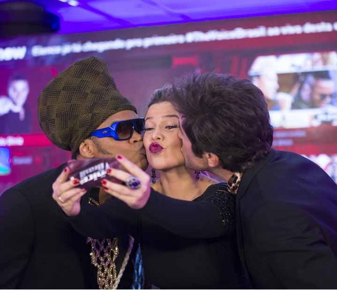 Momento de carinho entre Fernanda Souza, Carlinhos Brown e Daniel (Foto: Camila Serejo/Gshow)