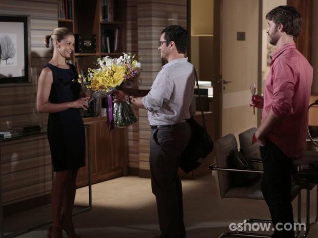 Felipe dá buquê de flores para Silvia e pede desculpas (Foto: Felipe Monteiro/TV Globo)