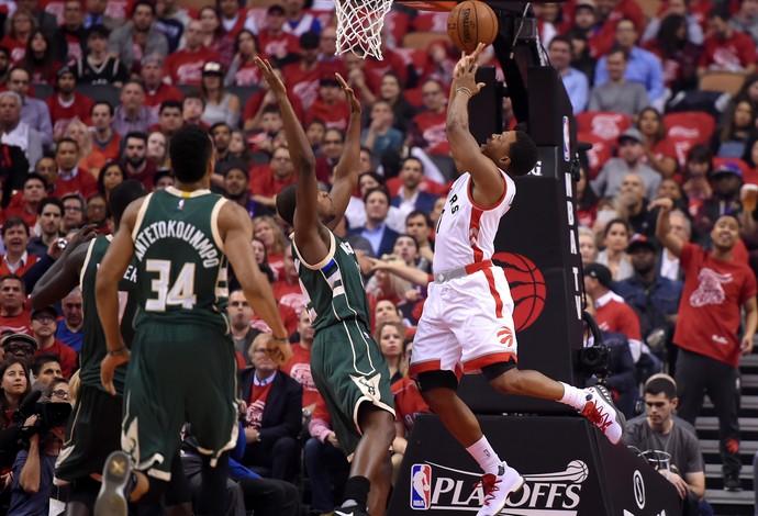 Kyle Lowry faz o arremesso contra os Bucks (Foto: Reuters)