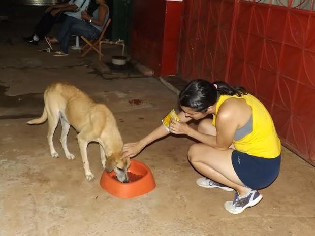 Rita e o marido alimentam animais abandonados em Guajará-Mirim, RO (Foto: Dayanne Saldanha/G1)