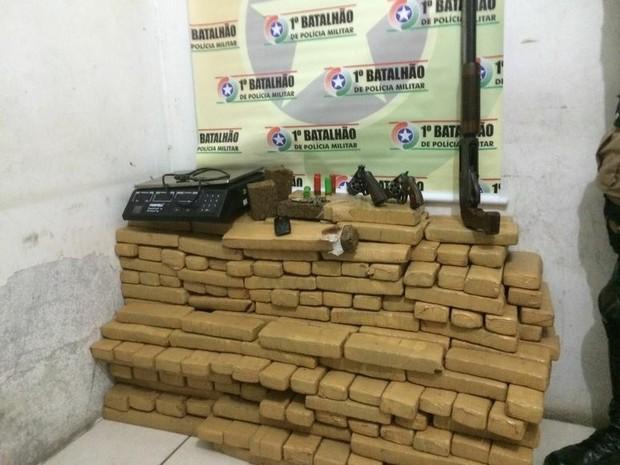 200 quilos de maconha foram apreendidos na casa de um deles (Foto: PM/Divulgação)