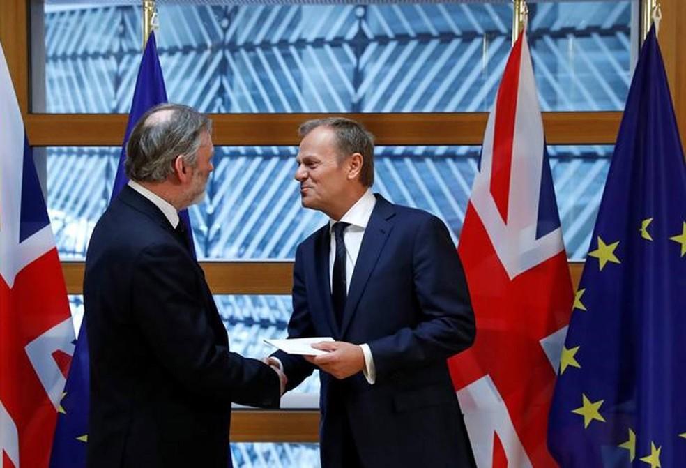 Representante britânico na UE, Tim Barrow (à esquerda), entrega carta sobre o Brexit ao presidente do Conselho Europeu, Donald Tusk, em Bruxelas (Foto: Yves Herman/Reuters)