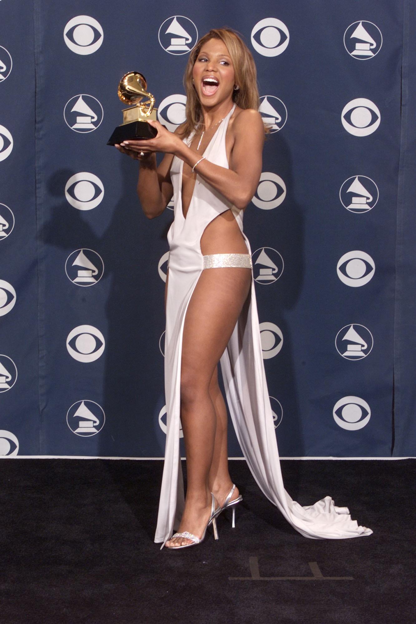 A cantora Toni Braxton deve ter sentido frio na premiação de 2001. (Foto: Getty Images)