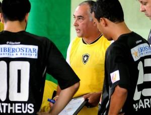 Fernando Malafaia conversa com os jogadores do Botafogo (Foto: Luciano Bergamaschi/CBFS)
