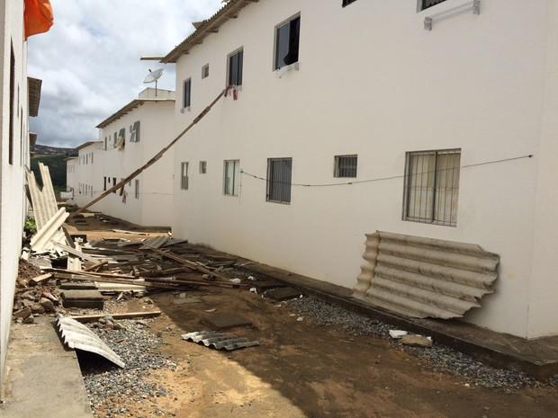 Telhados de imóveis do Minha Casa, Minha Vida caíram após as chuvas (Foto: André Vinícius Ferreira/ TV Asa Branca)